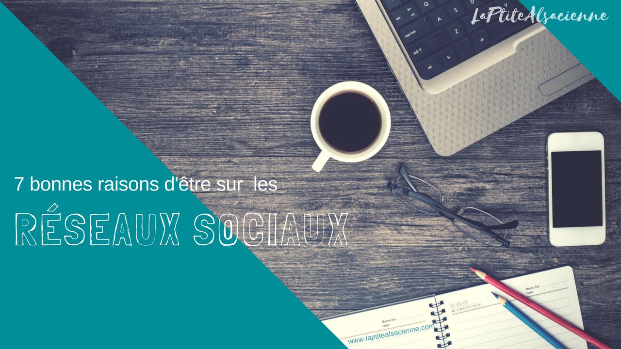Un café, un ordinateur, un agenda, et le titre de l'article 7 bonnes raisons d'être sur les réseaux sociaux