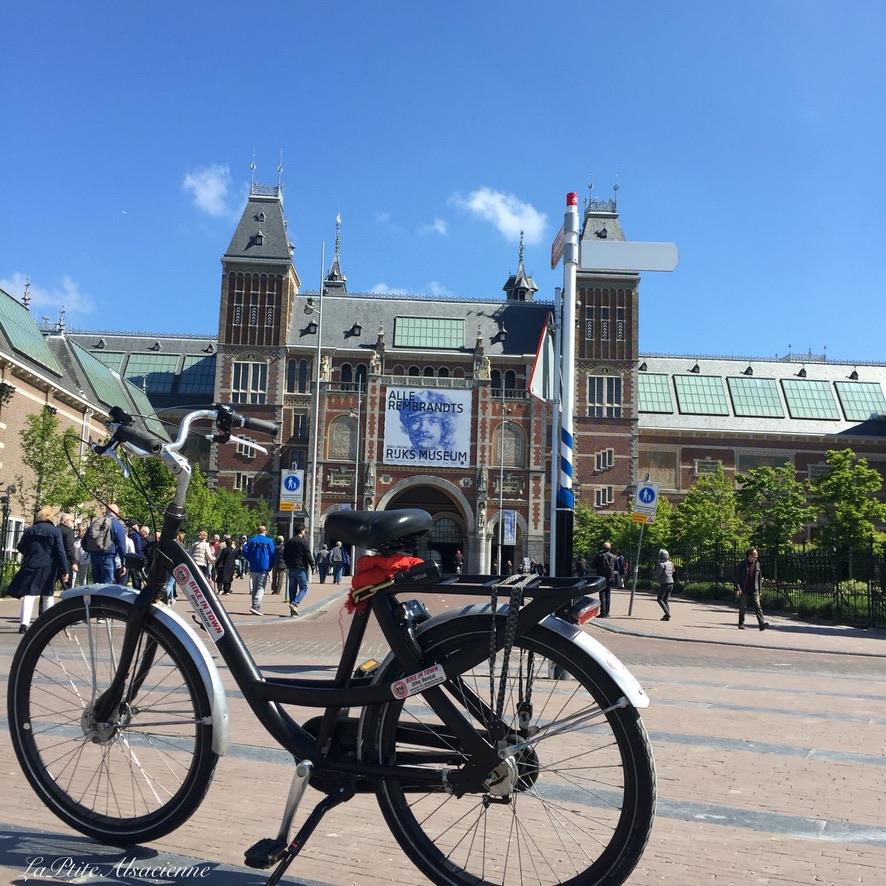 Amsterdam - Location de vélo - Photo devant le Rijks Museum - Mai 2019 - Photo by Cendrine Miesch LaPtiteAlsacienne