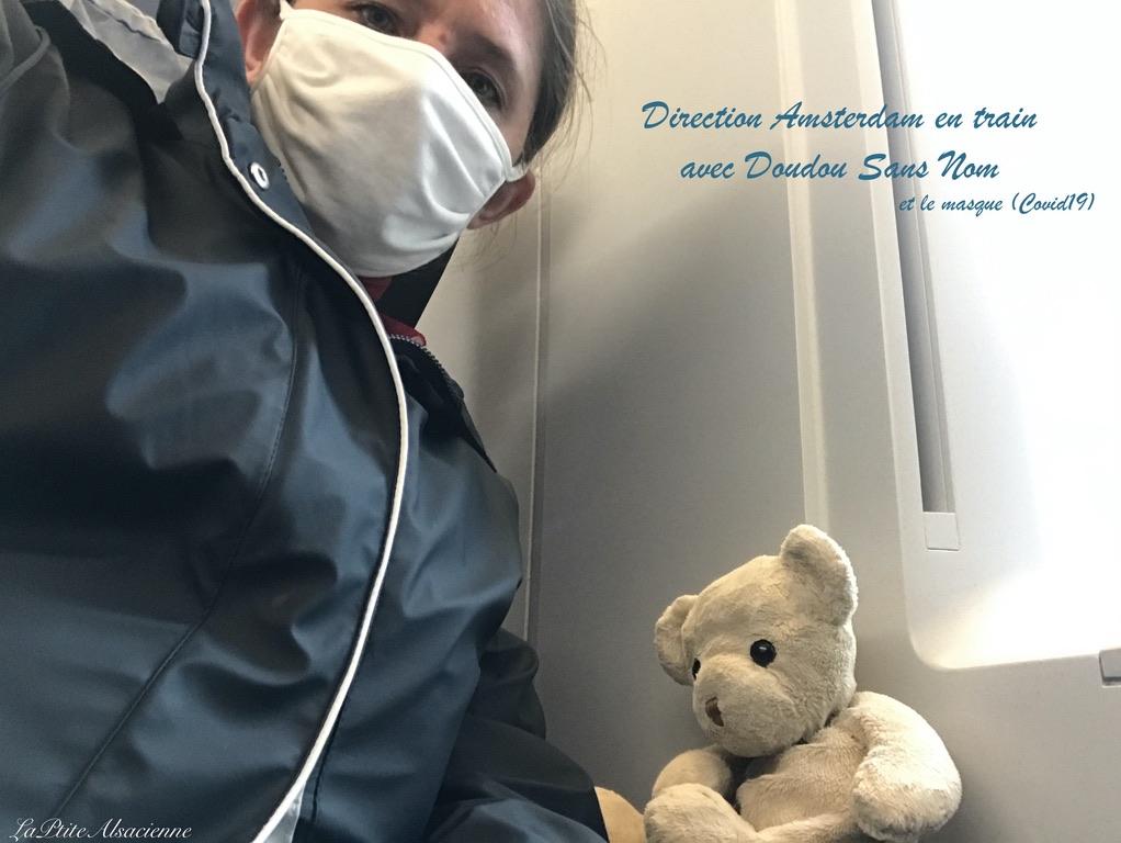 Cendrine Miesch partant en train avec Doudou Sans Nom à Amsterdam (masque du Covid19 sur le nez).