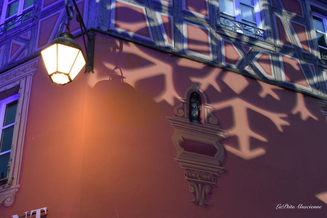 Façade du restaurant Au Koïfhus à Colmar illuminée