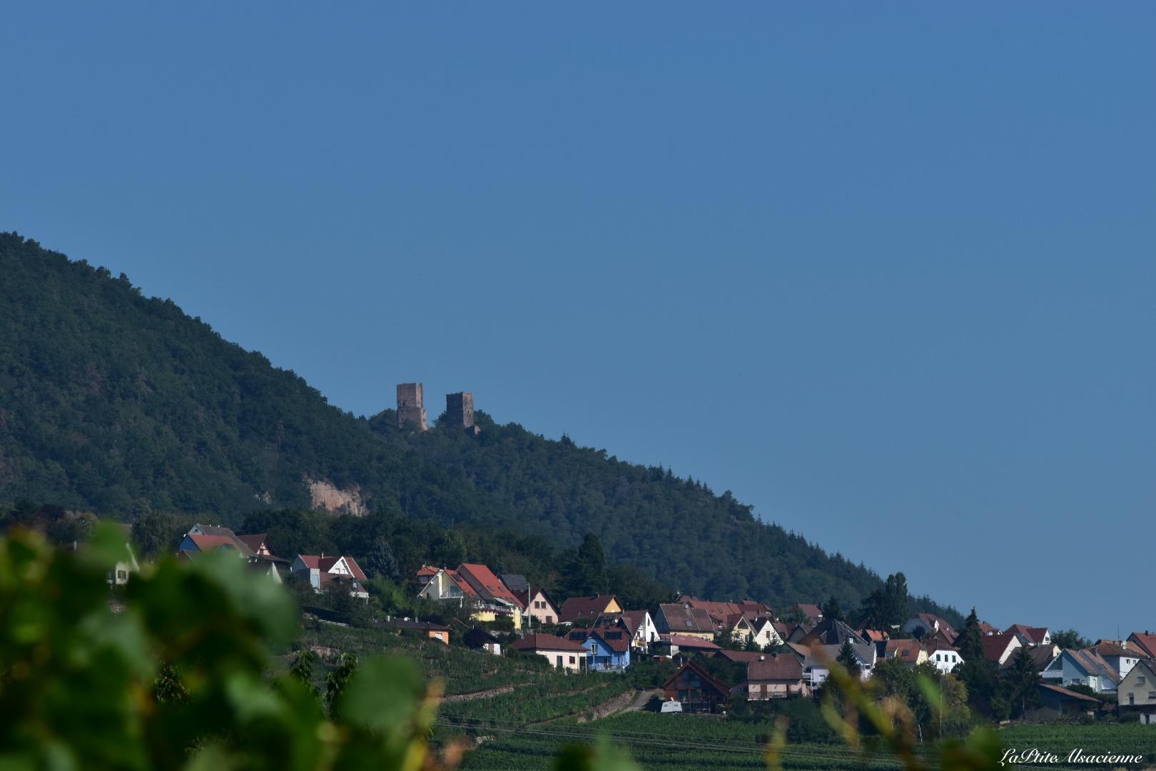 Vue sur les 3 châteaux et Husseren les Châteaux depuis le vignoble alsacien - Photo by Cendrine Miesch dite LaPtiteAlsacienne