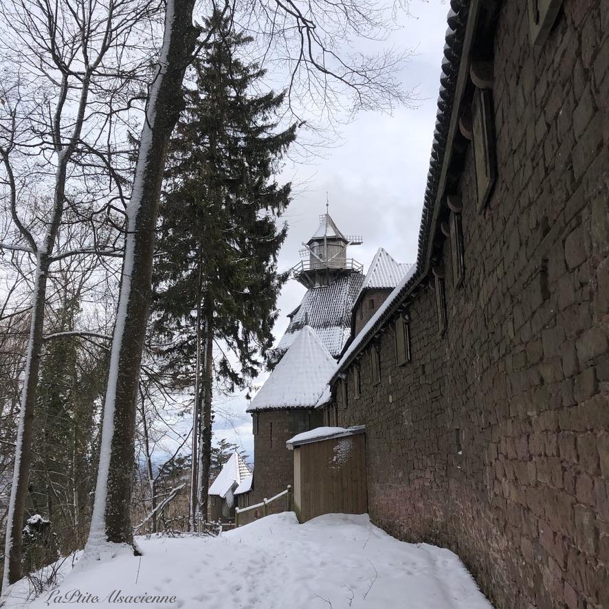 Vue sur le moulin du château du Haut-Koenigsbourg sous la neige - Photo by Cendrine Miesch dite LaPtiteAlsacienne