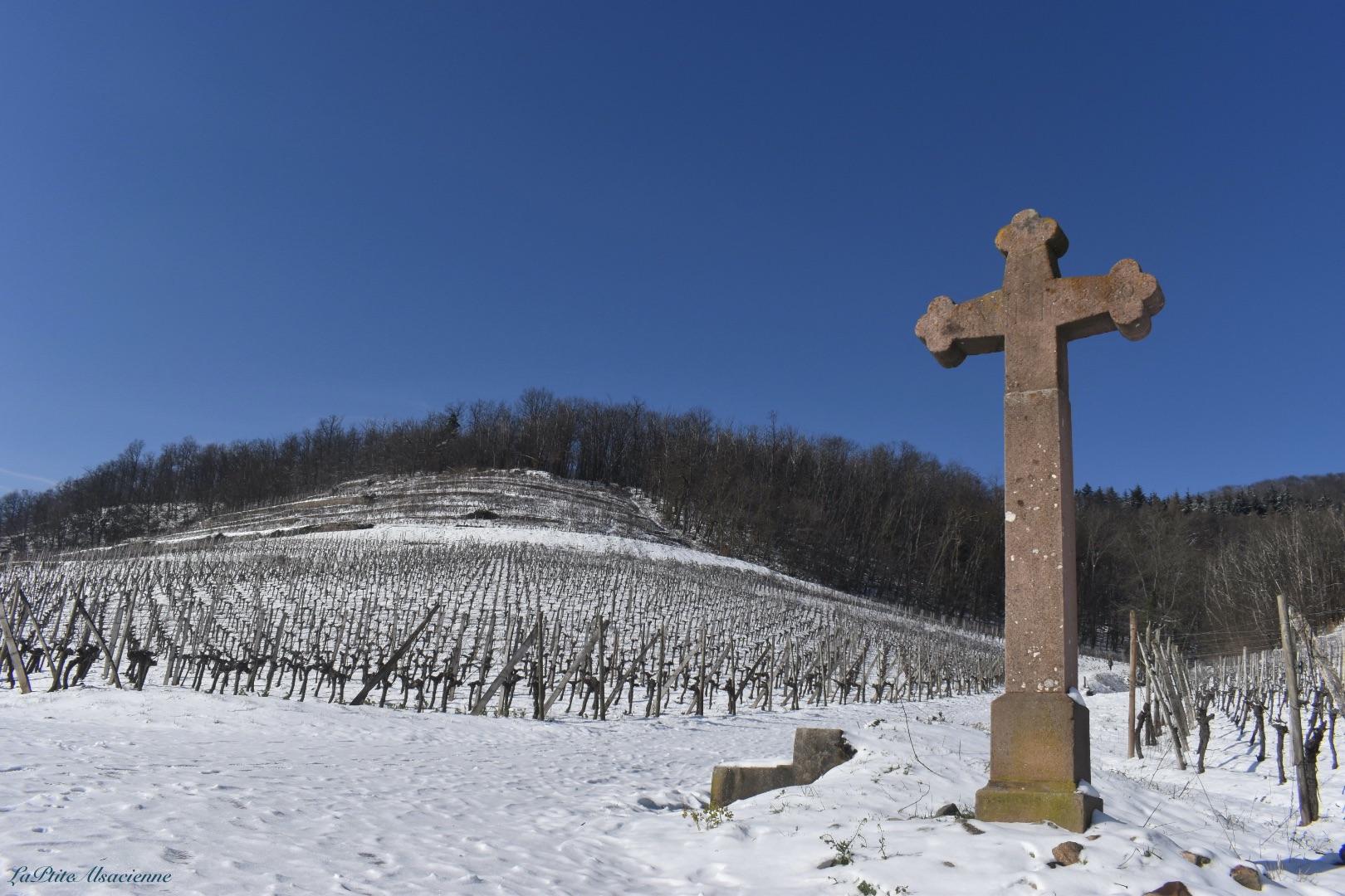 Une croix présente dans le vignoble vers la croix de la mission de Guebwiller - Photo by Cendrine Miesch dite LaPtiteAlsacienne