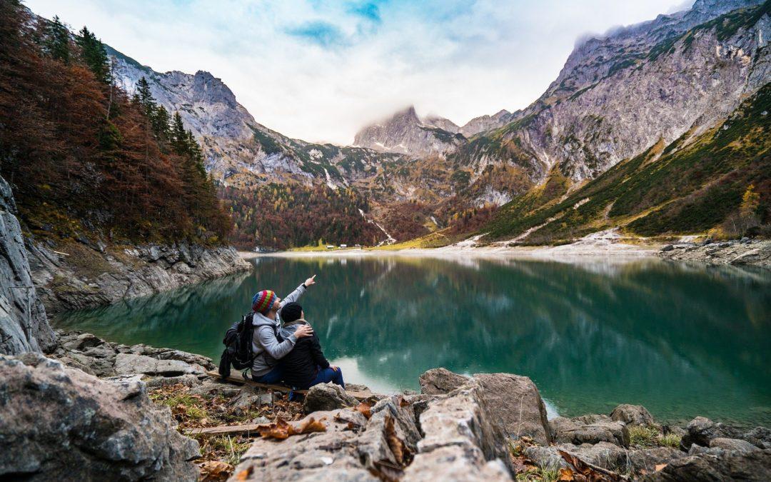 Couple d'amoureux en montagne