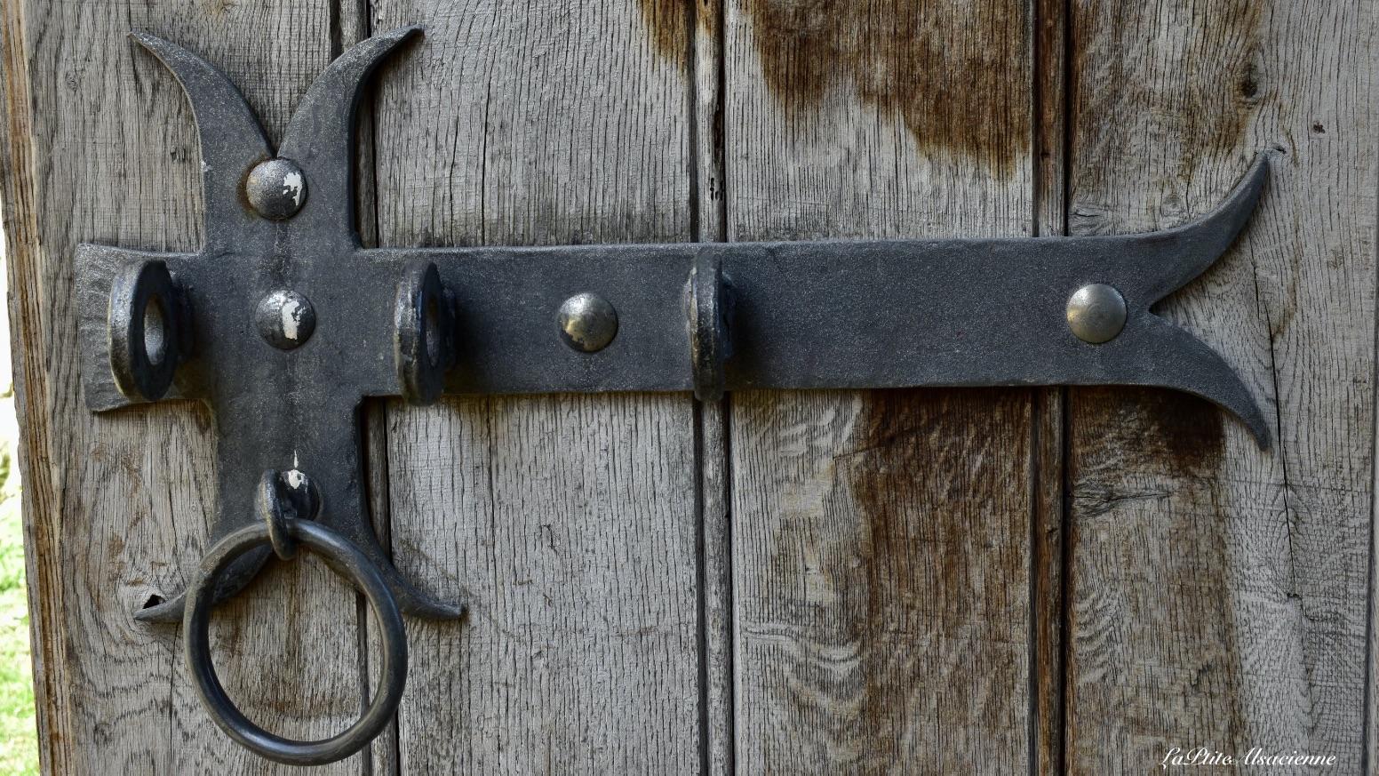Détail de la porte d'entrée du Château de Landskron à Leymen