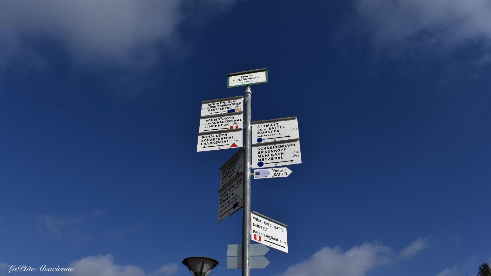 Panneaux directionnels des randonnées au départ du parking du Gaschney alt 993m - Photo by Cendrine Miesch dite LaPtiteAlsacienne
