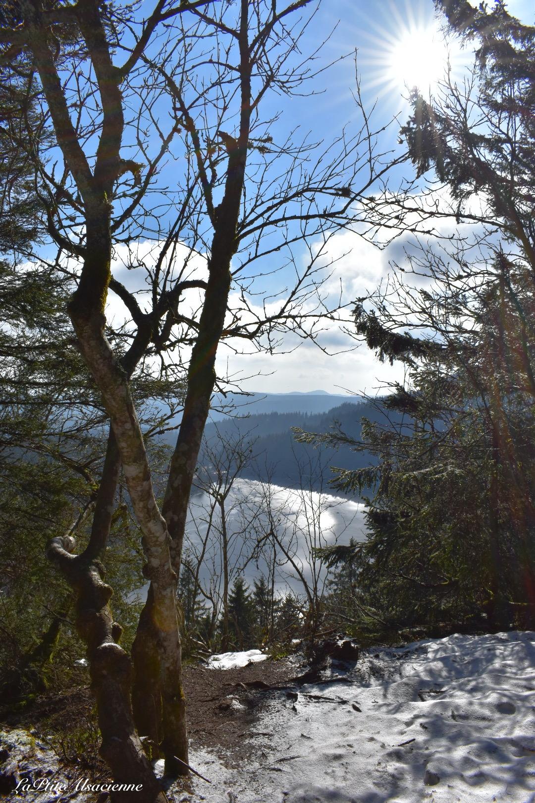 Vue sur le Lac Blanc depuis le sentier qui monte sur les crêtes