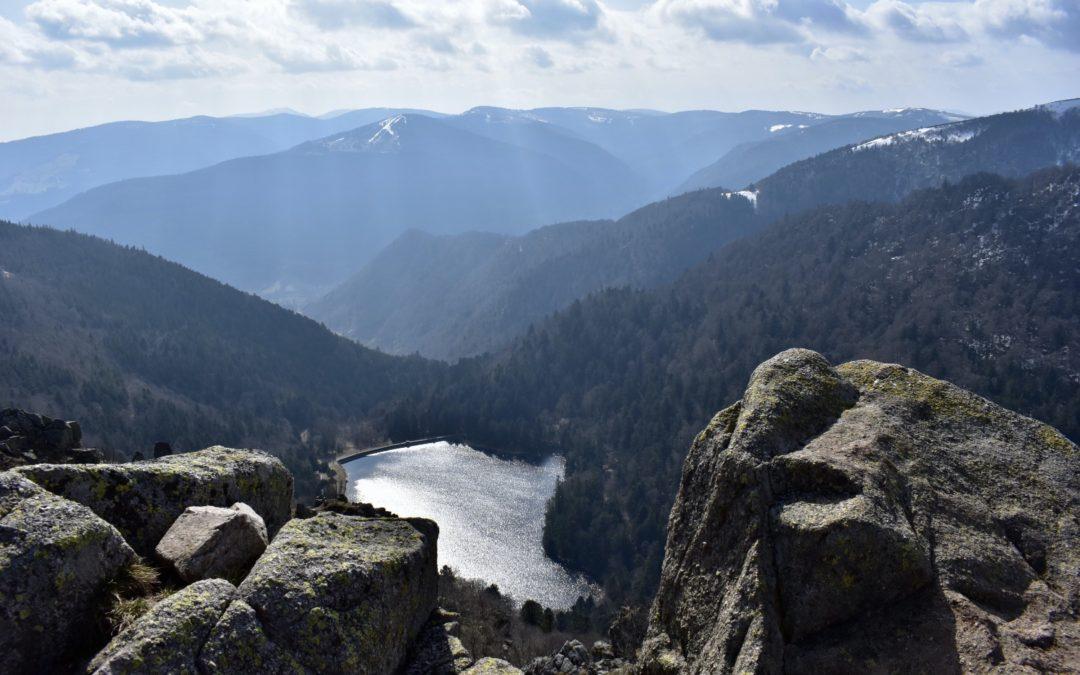 Rochers et sentier depuis Le Hohneck, vue sur le lac du Schiessrothried - Photo by Cendrine Miesch dite LaPtiteAlsacienne