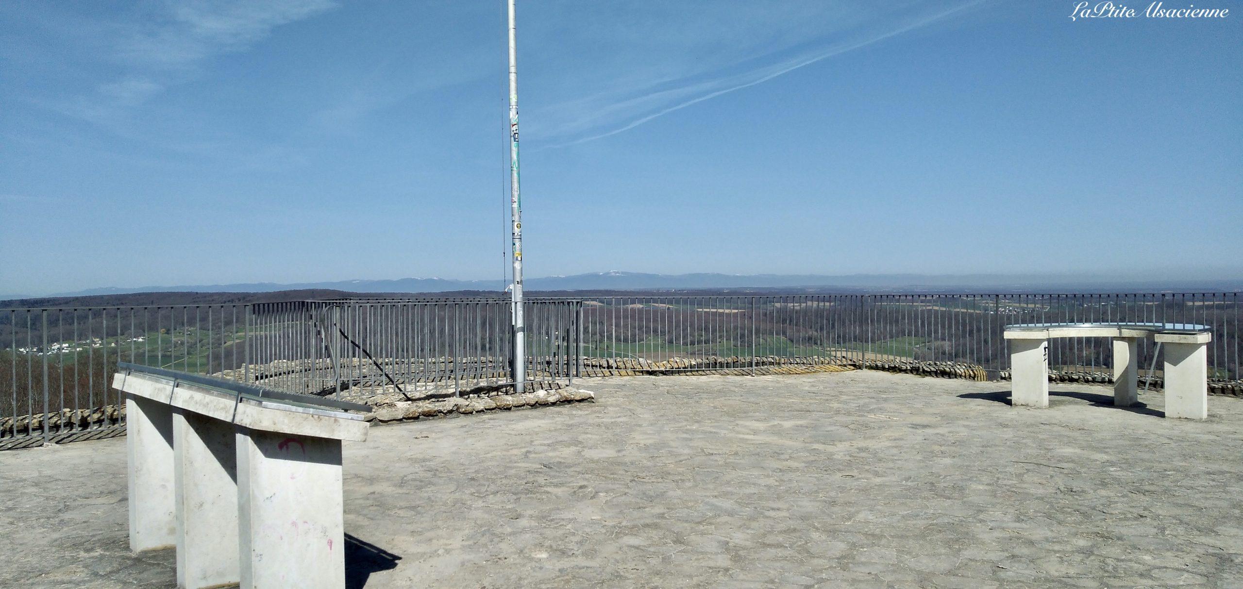 Les deux table d'orientation présentes au dessus du Donjon du Château Fort de Landskron à Leymen en Alsace - Sundgau