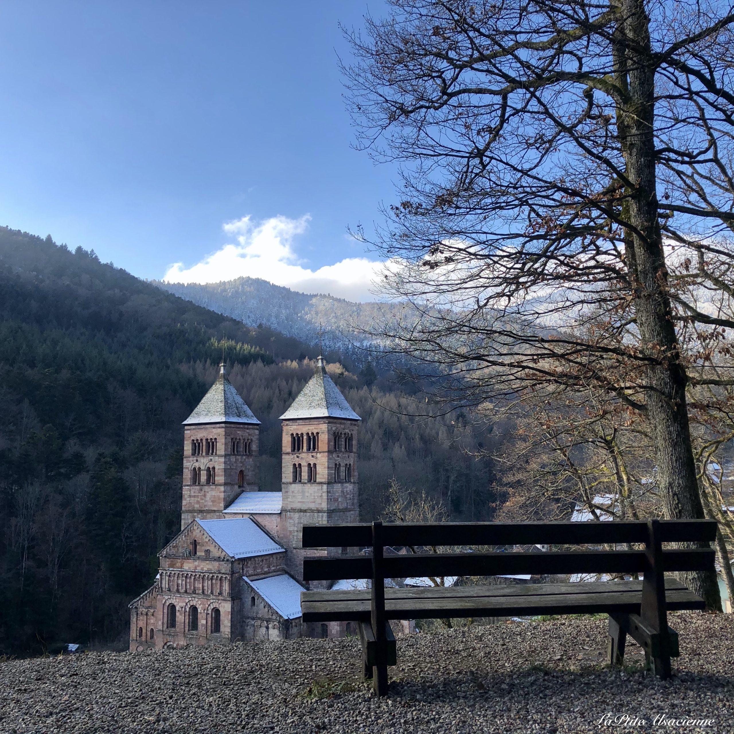 abbaye de murbach et banc ciel bleu