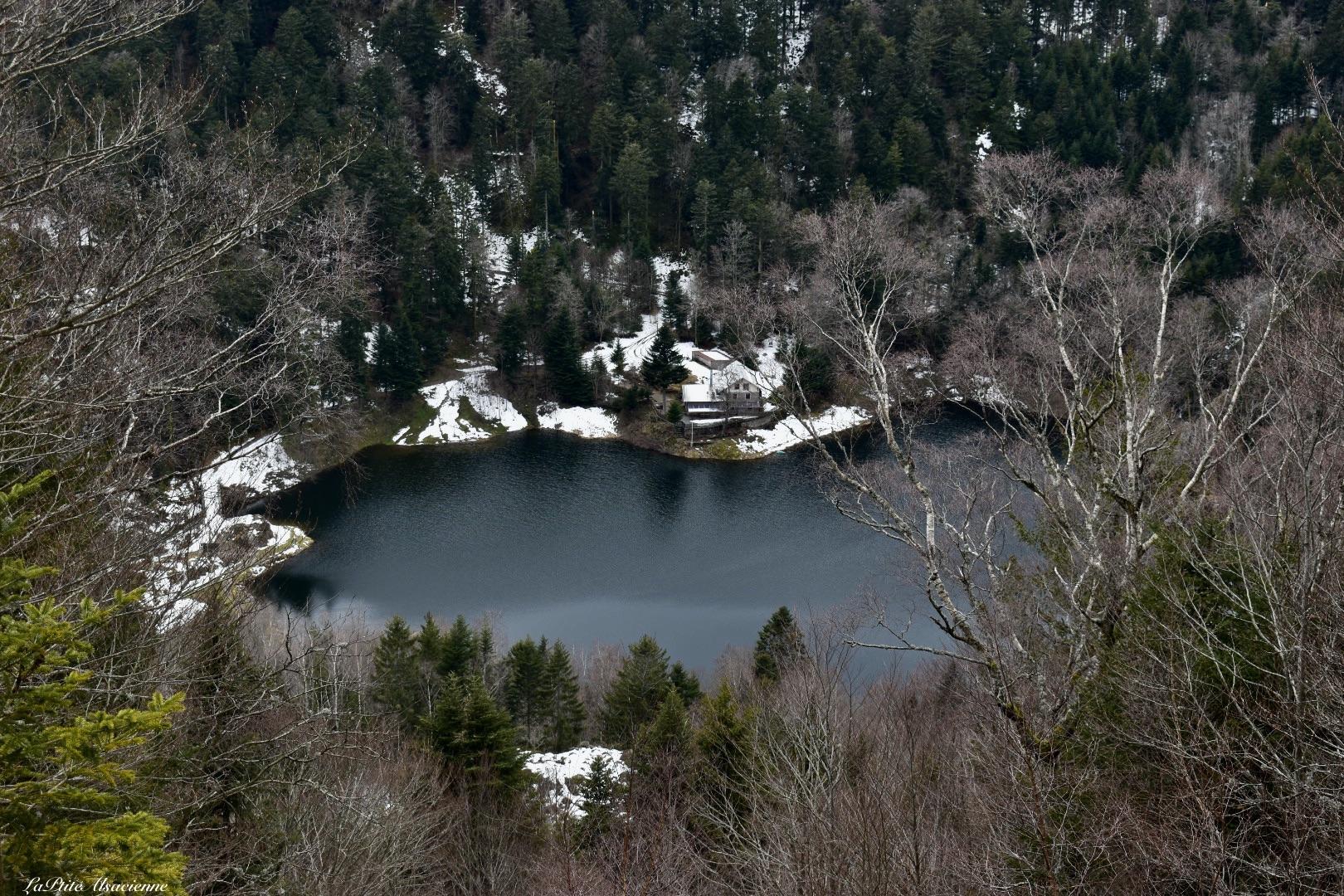Arrivée sur le Lac Grand Neuweiher - vue sur l'auberge