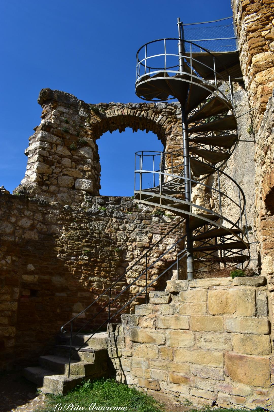 Escalier pour monter au-dessus du donjon du Château de Landskron dans le Sundgau à Leymen - Alsace