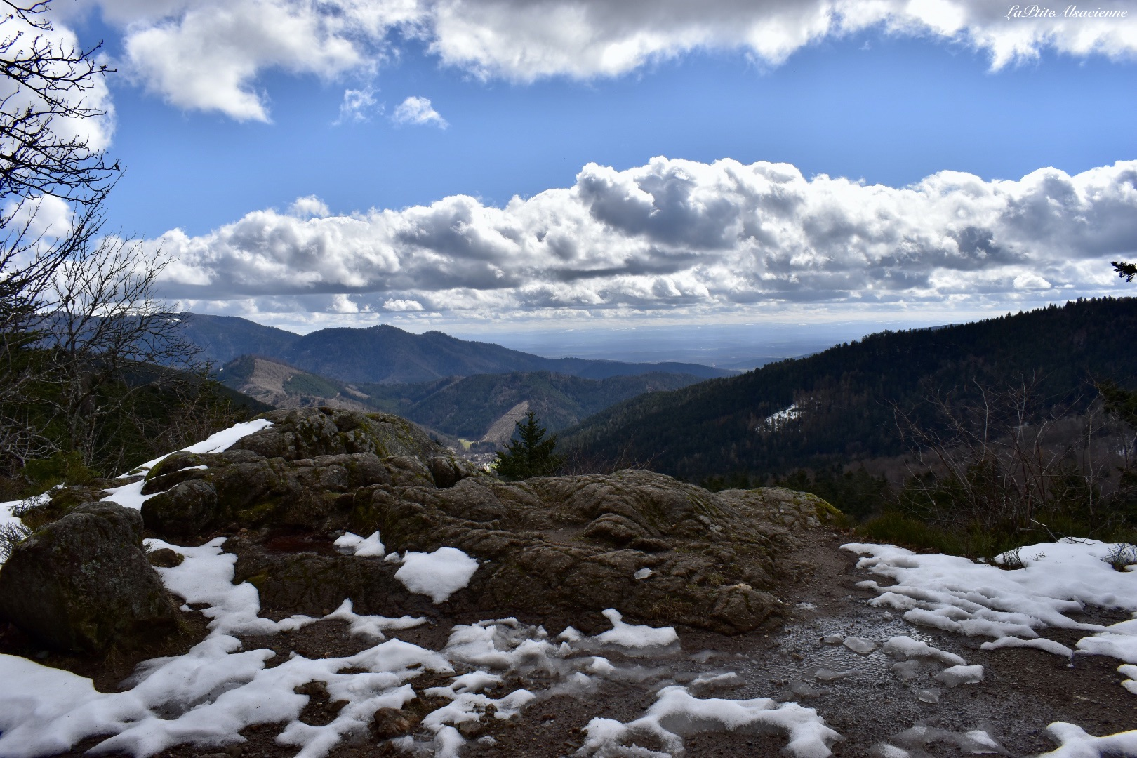 Point de vue depuis un rocher avant le Lac des Perches. Vue sur l'Alsace et les Vosges Alsaciennes