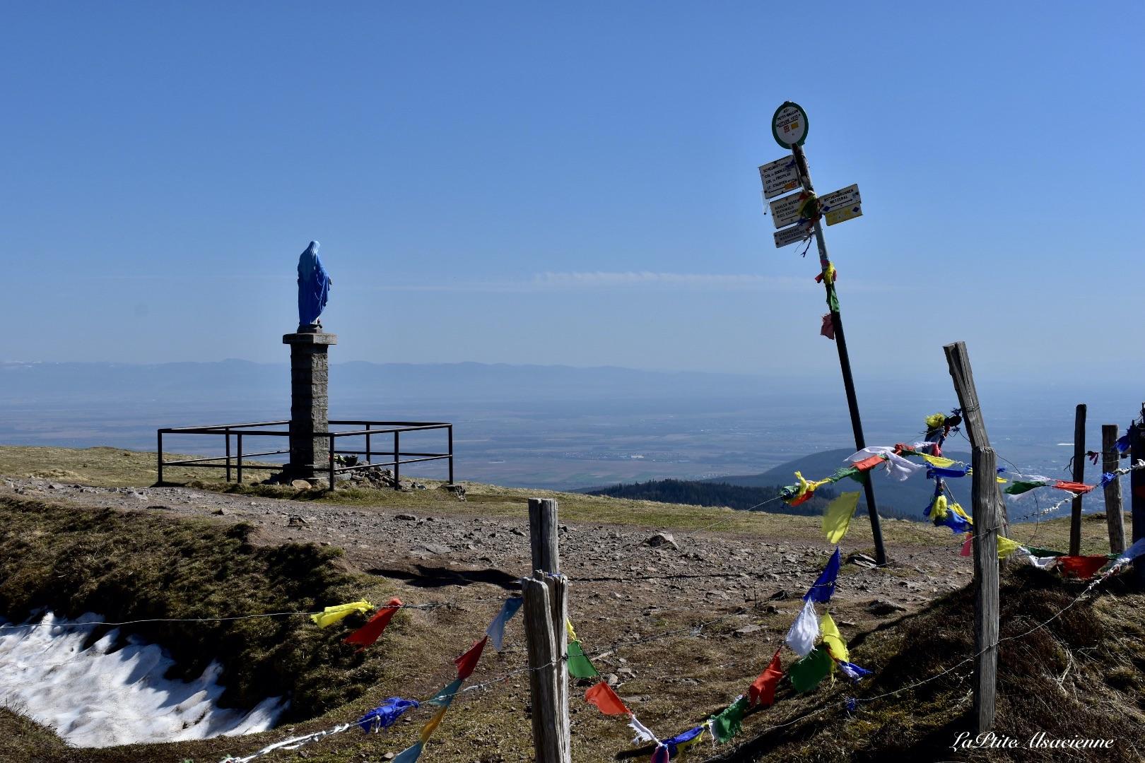 Arrivée au Petit Ballon (alt. 1272m). Vue sur l'Alsace et la ligne bleue des Vosges. Avec la Vierge Marie.