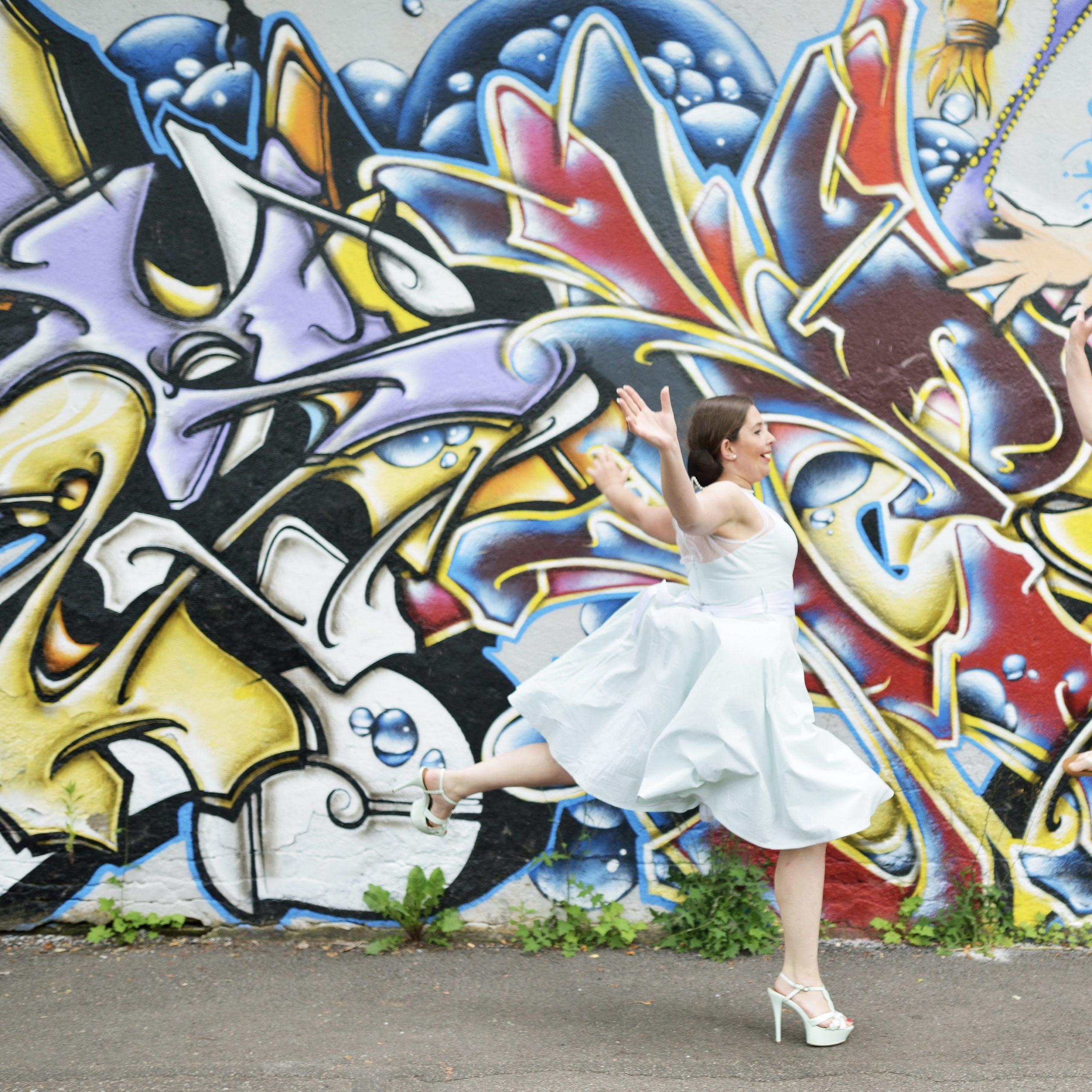 Aurore Mottet - photographe, qui me demande de courrir et de sauter comme une sauterelle avec mes chaussures a talons !