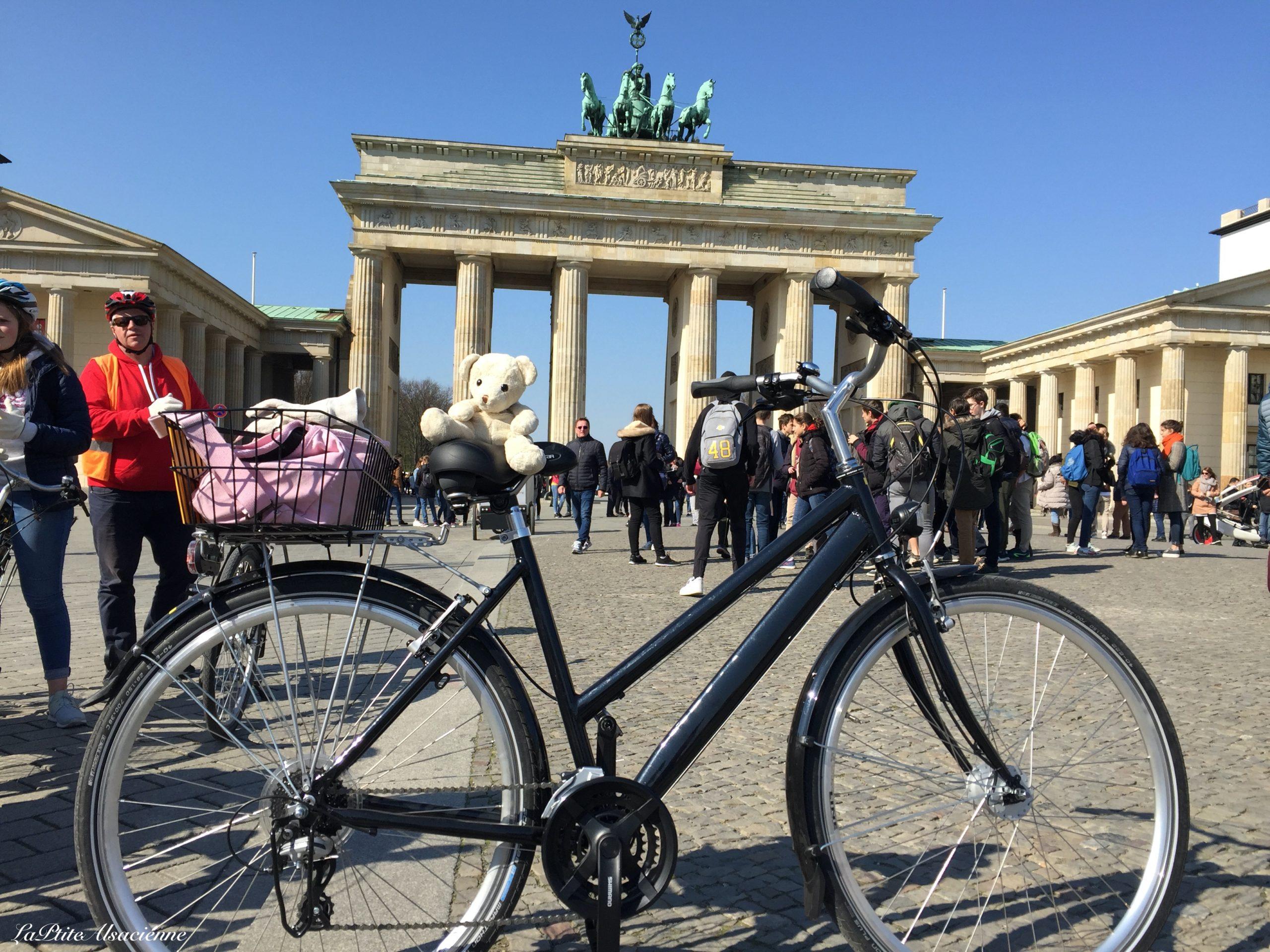Doudou Sans Nom devant la porte de Brandebourg à Berlin - Pariser Platz