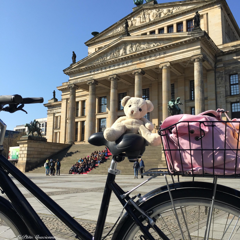 Doudou Sans Nom est Place Gendarmenmerkt à Berlin