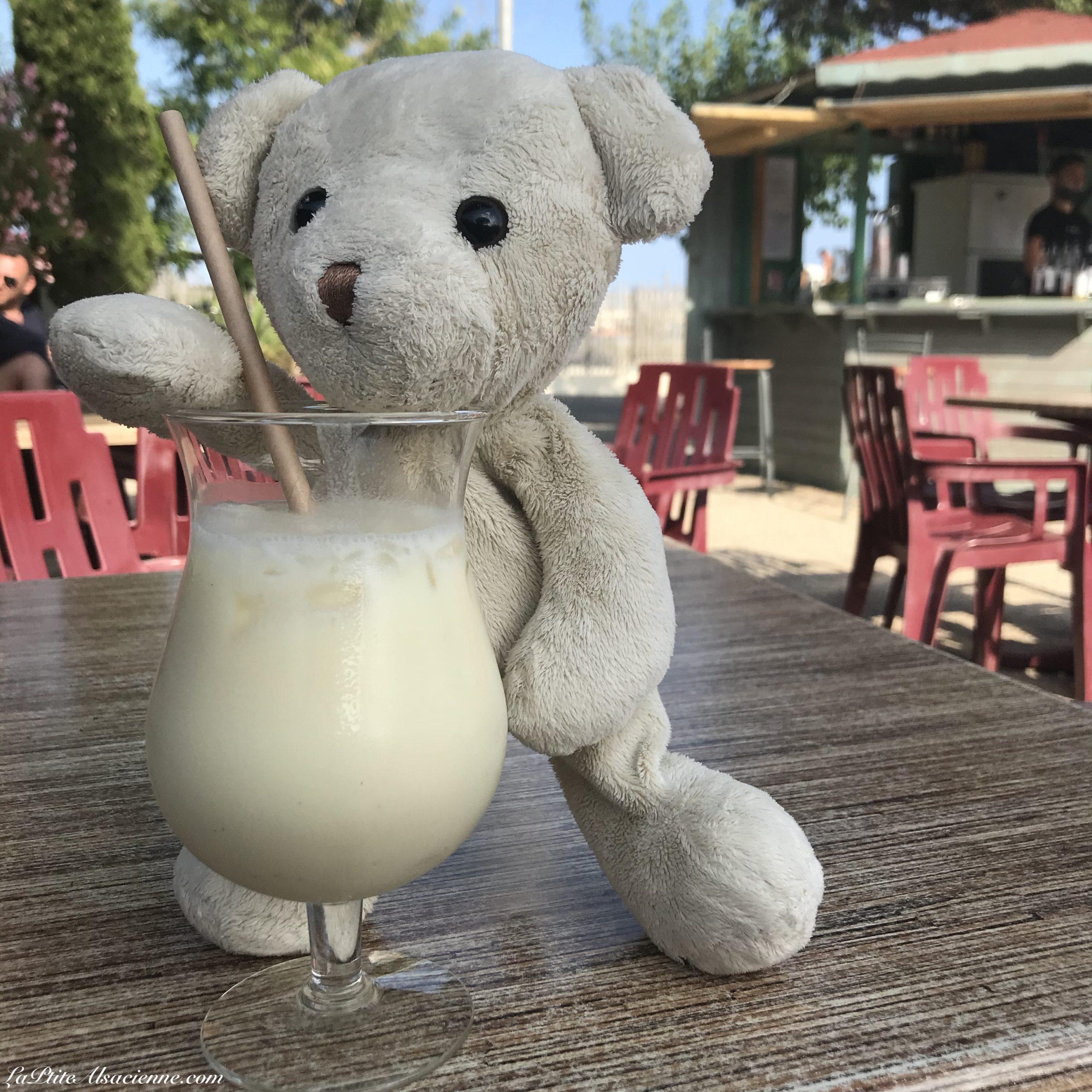 Doudou Sans Nom aime la Pina Colada lorsqu'il est en vacances du côté de Valras Plage