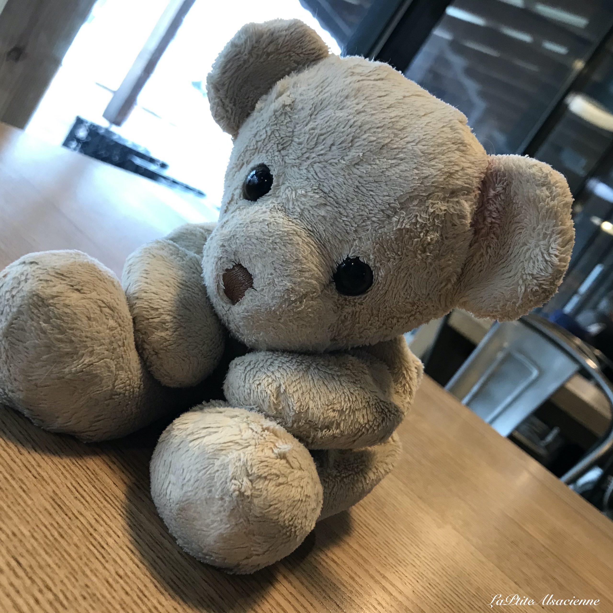 Doudou Sans Nom attend son café au Tremplin au Markstein