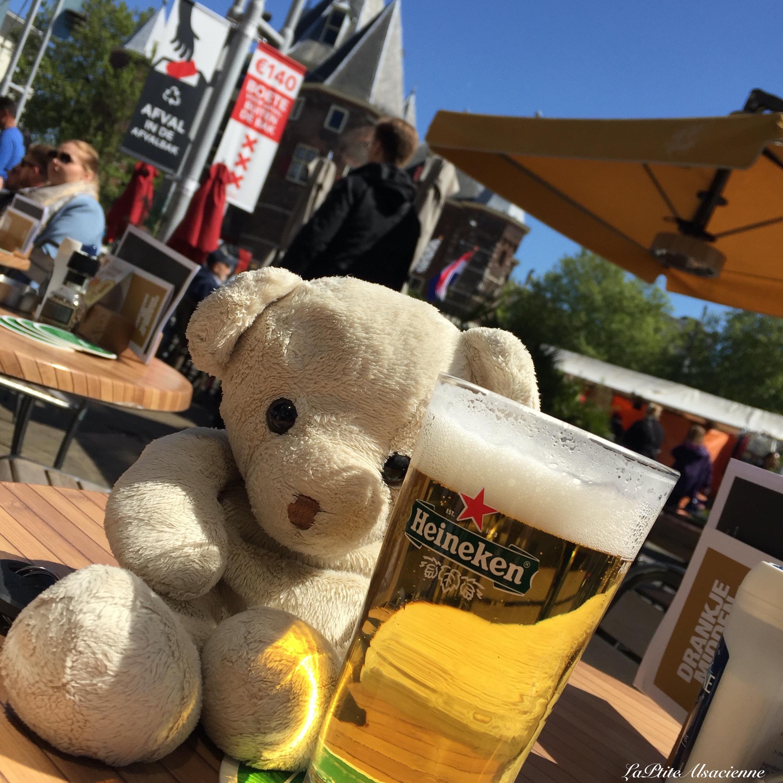 Doudou Sans Nom boit une bière Heineken à Amsterdam