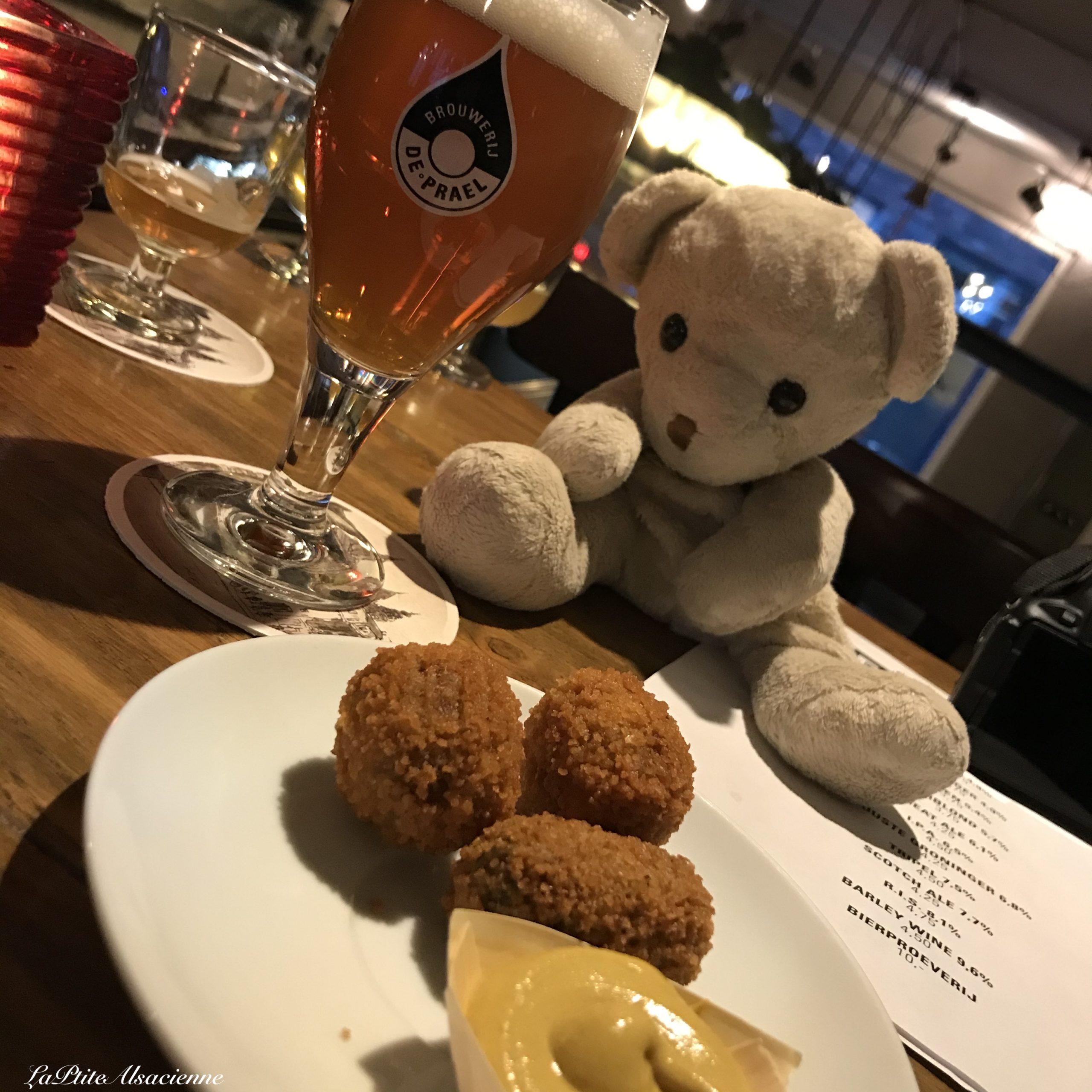 Doudou Sans Nom découvre les Bitterballen dans son bar préféré à Amsterdam - La micro Brasserie - Micro brewery. Brouwerij De Prael