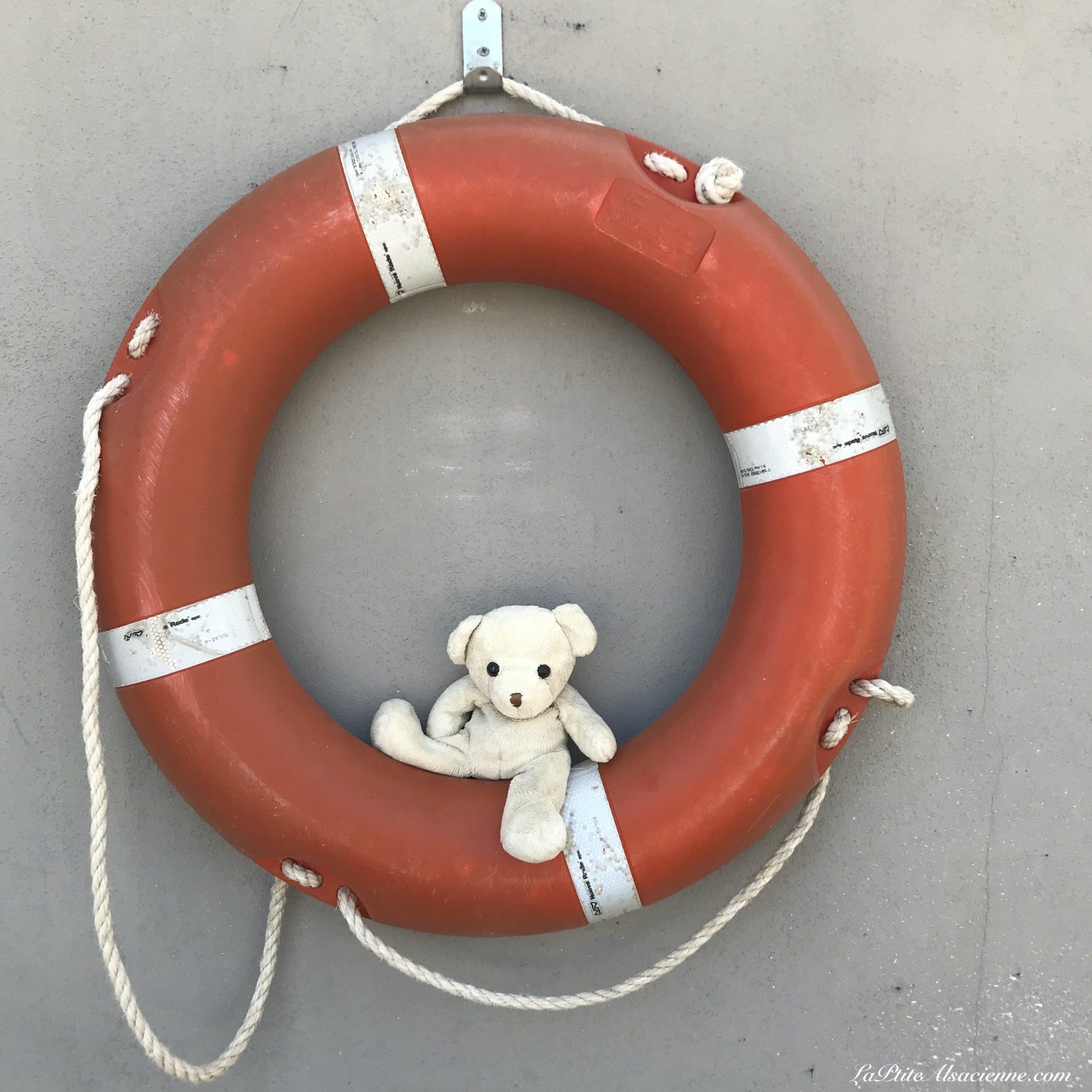 Doudou Sans Nom prend le large et pars en vacances à la mer