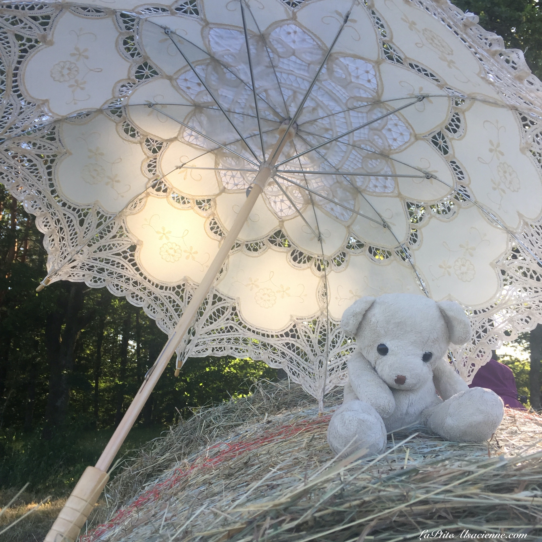 doudou Sans Nom se met à l'abris de l'ombrelle