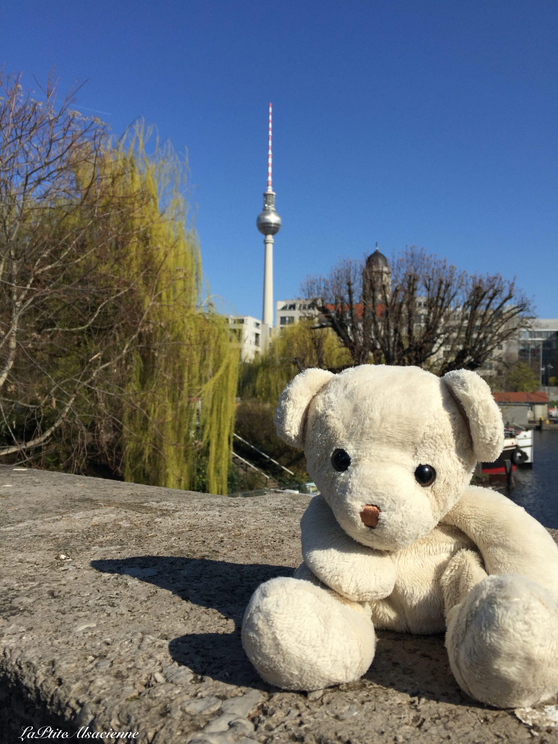 Doudou Sans Nom voyage à Berlin - Kufergraben vue sur Alexander Platz