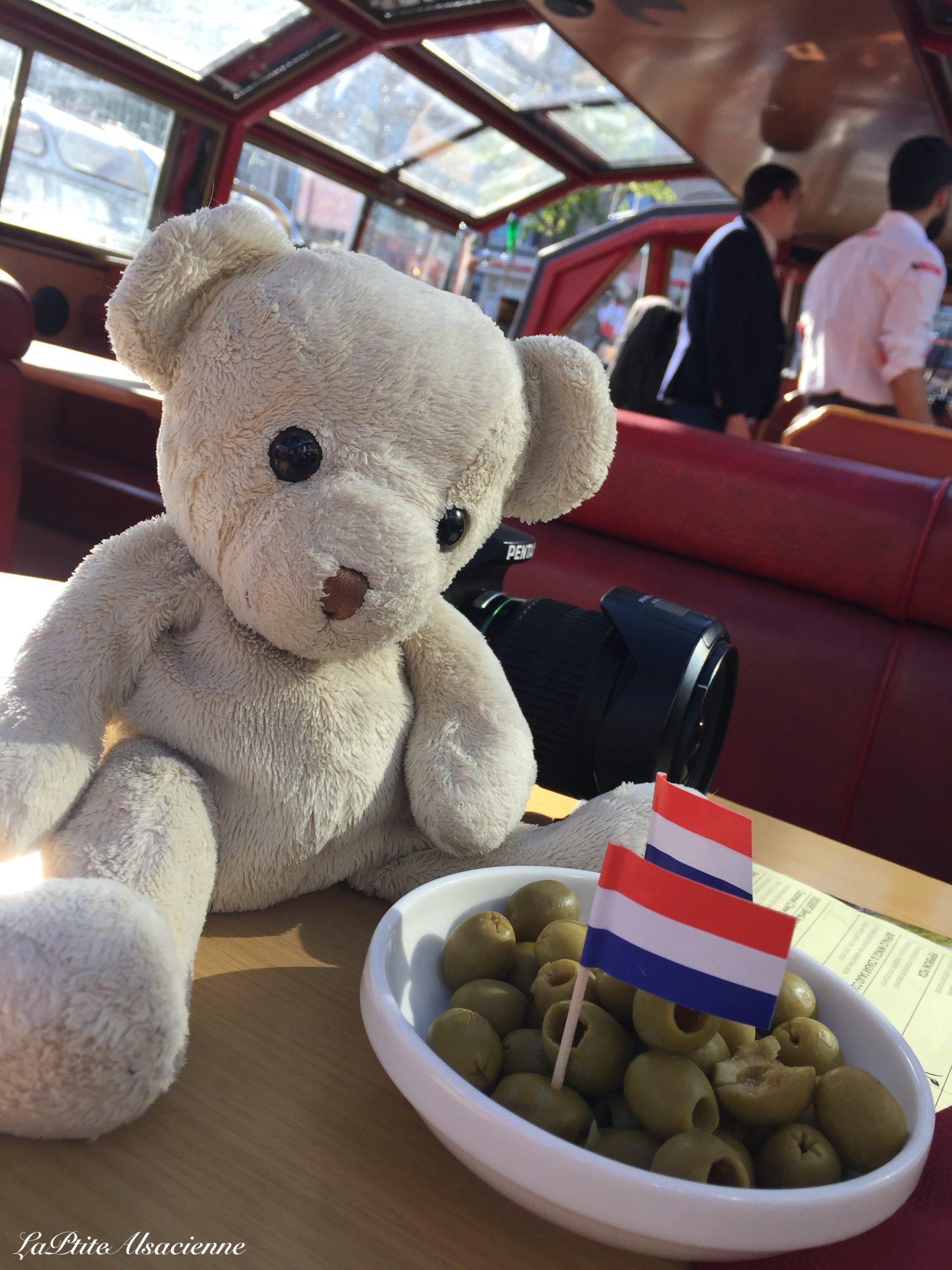 Doudou Sans Nom en voyage à Amsterdam dans un bateau mouche