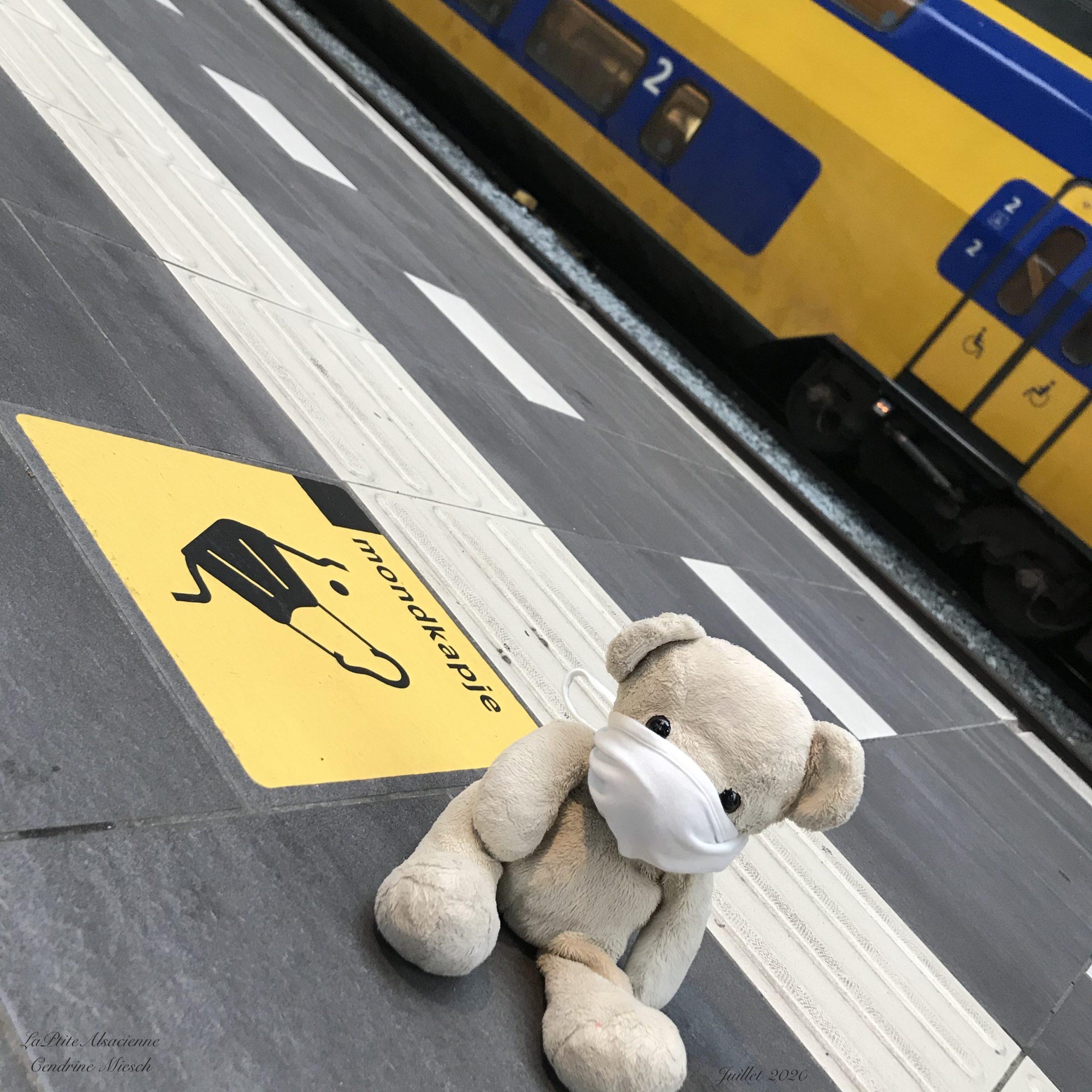 Doudou Sans nom se pli aux règles Covid19 en juillet 2020 lorsqu'il est à Amsterdam
