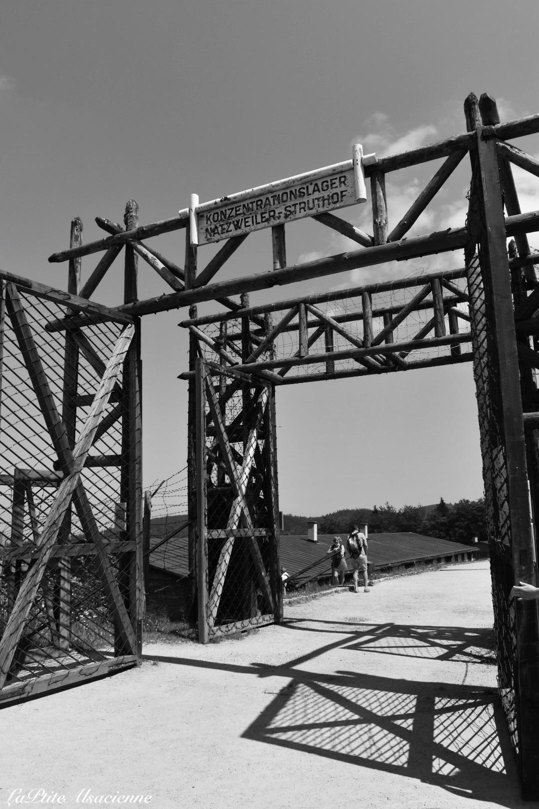 Entrée en noir et blanc du camp de concentration du Struthof à Natzwiller en Alsace. Photo de Cendrine Miesch