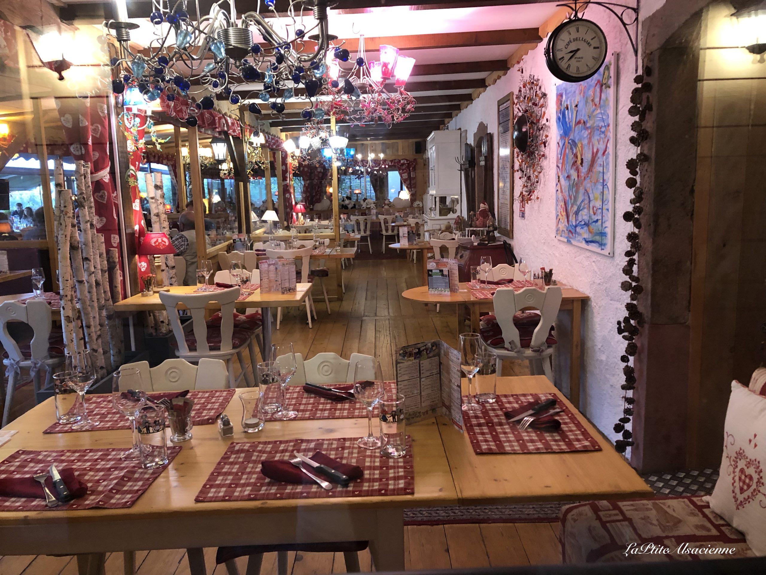 Salle de restaurant - Auberge de Liézey dans les Vosges - Photo de Cendrine Miesch dite LaPtiteAlsacienne