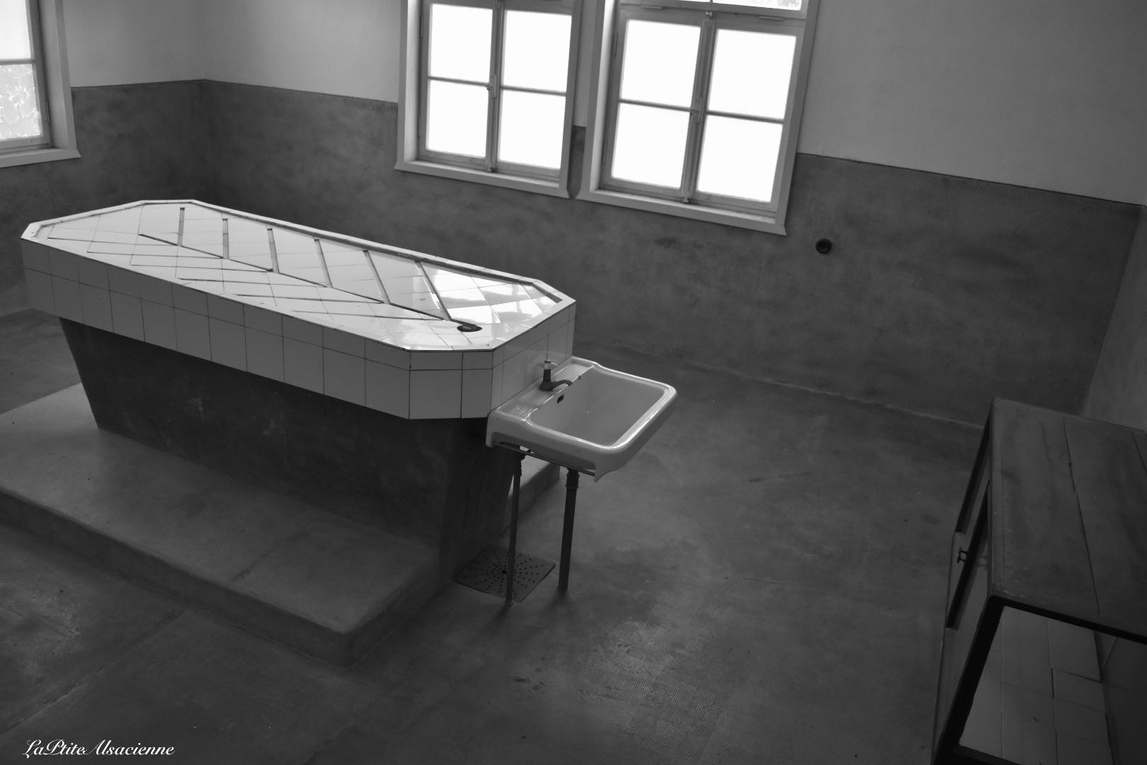 Table d'opération et de test au camp du Struthof. Photo de Cendrine Miesch dite LaPtiteAlsacienne