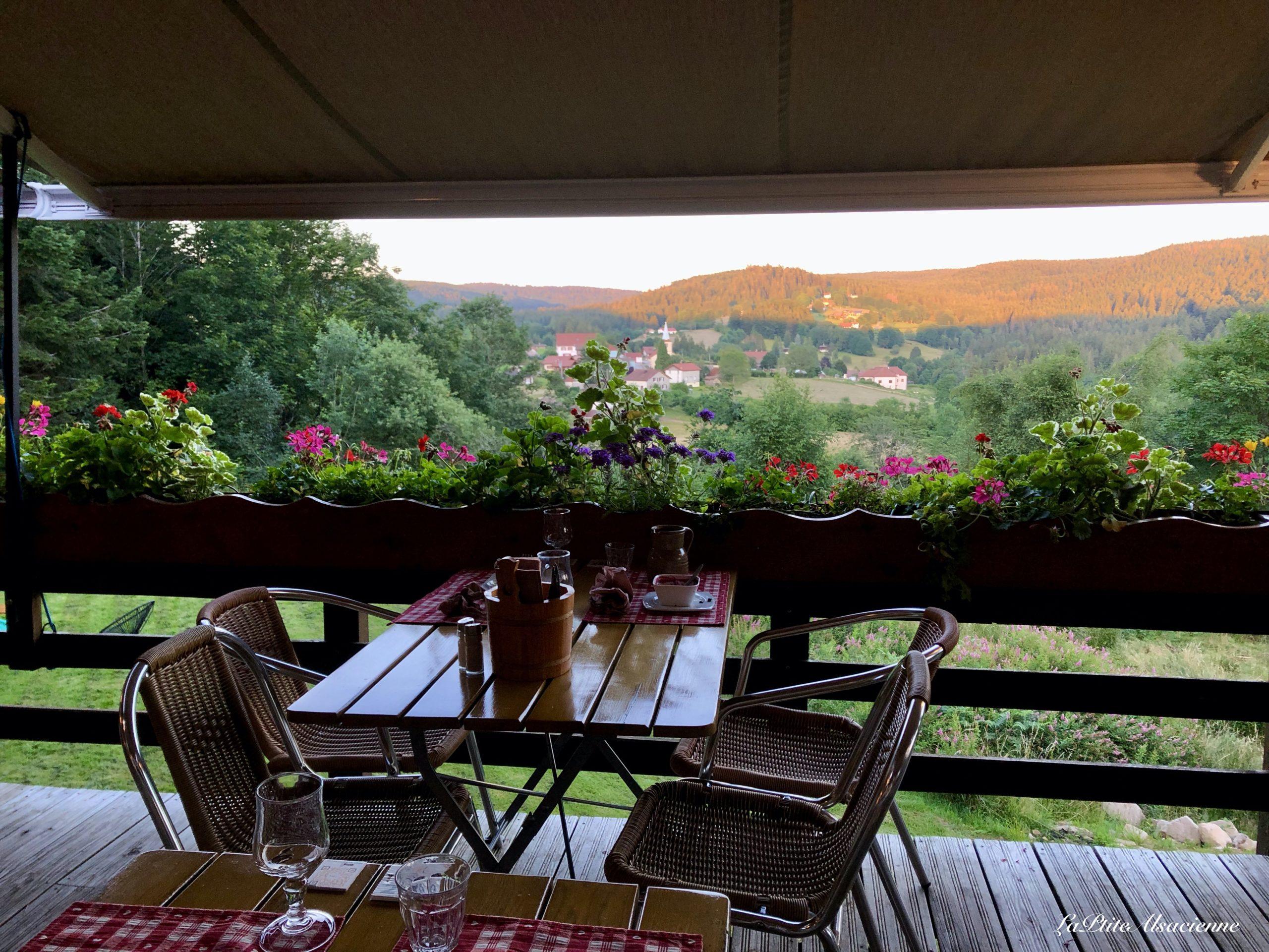 Terrasse de l'Auberge de Liézey dans les Vosges par Cendrine  Miesch dite LaPtiteAlsacienne