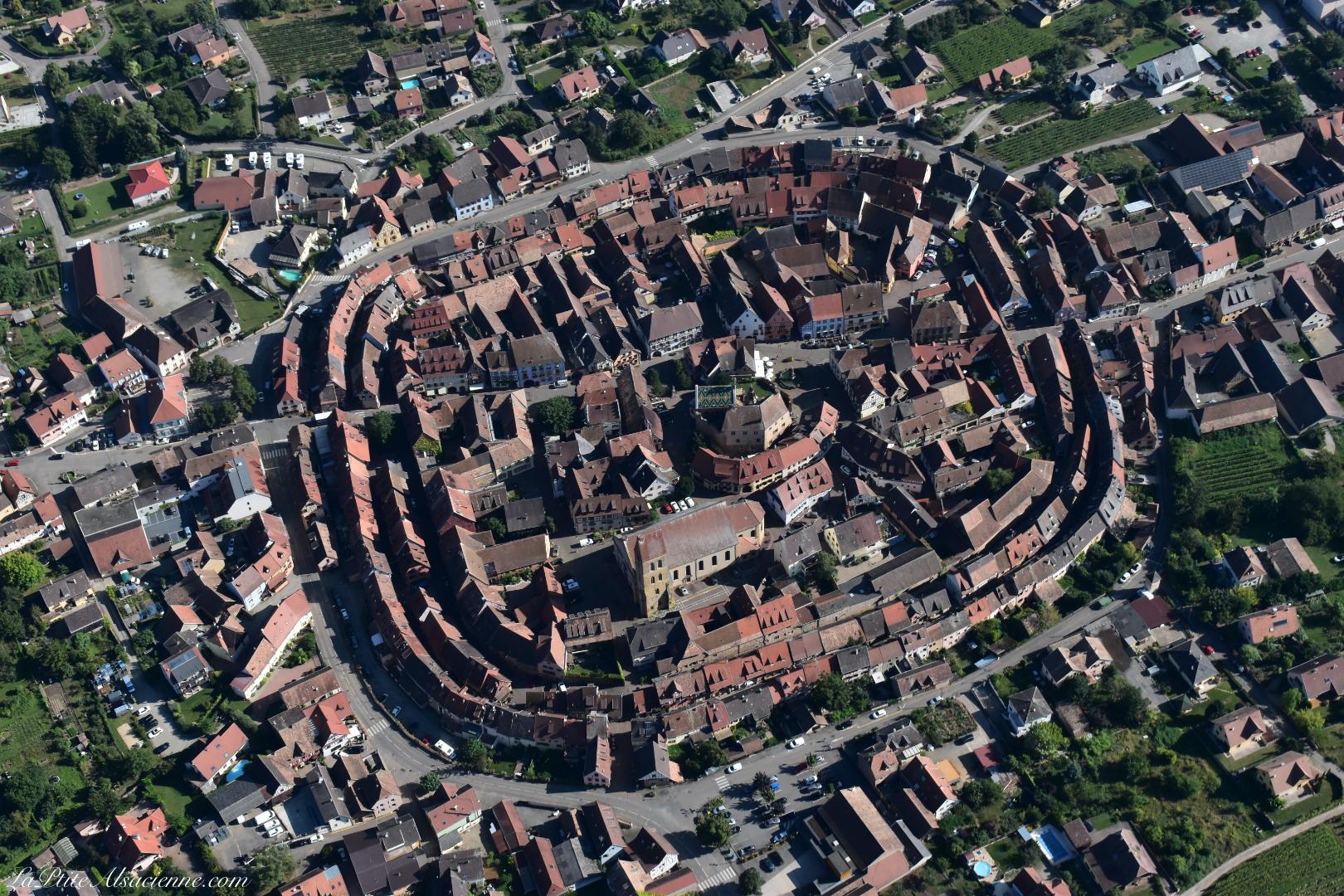Eguisheim réputée pour ses remparts. Cette fois-ci vue du ciel. Photo de Cendrine Miesch dite LaPtiteAlsacienne