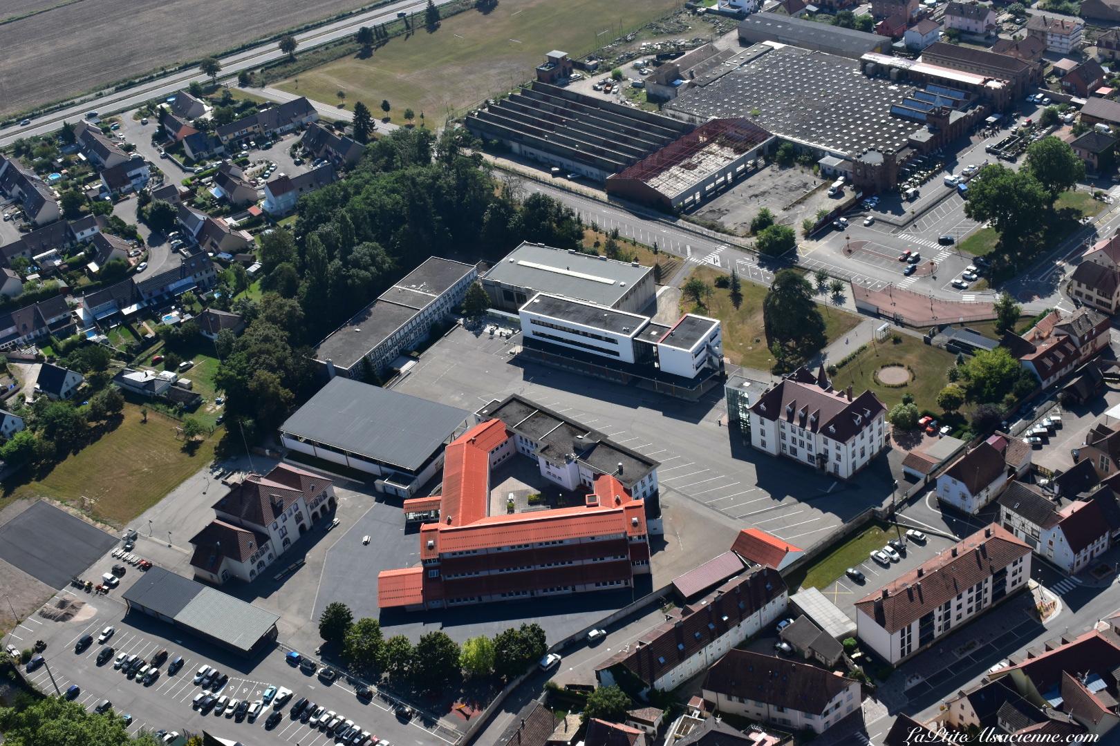 Ecole maternelle, primaire, Collège et Lycée Champagnat à Issenheim vu du ciel. Photo de Cendrine Miesch dite LaPtiteAlsacienne