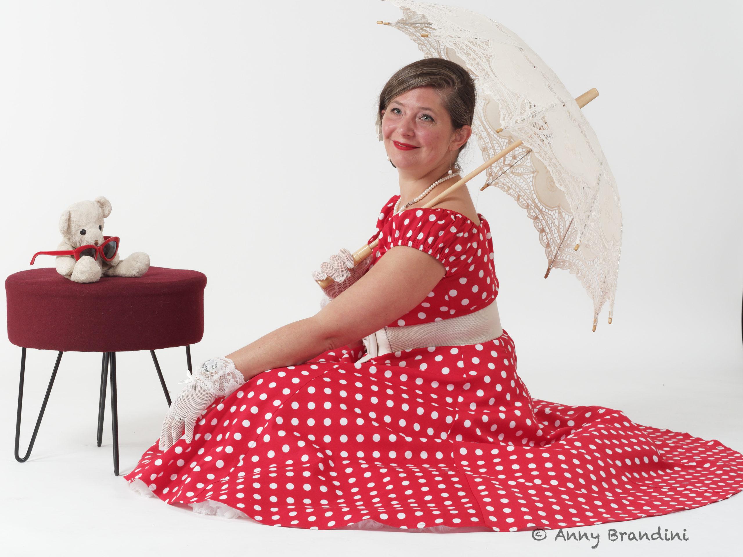 """Ma robe dite """"Minnie"""" de la Marque Collectif. Boutique 413 Burnhaupt. Accessoires : Doudou sans nom, ombrelle. Pose de Cendrine Miesch dite LaPtiteAlsacienne. Photo d'Anny Brandini. Stage de Portrait au Studio Jean Paul à Guebwiller"""