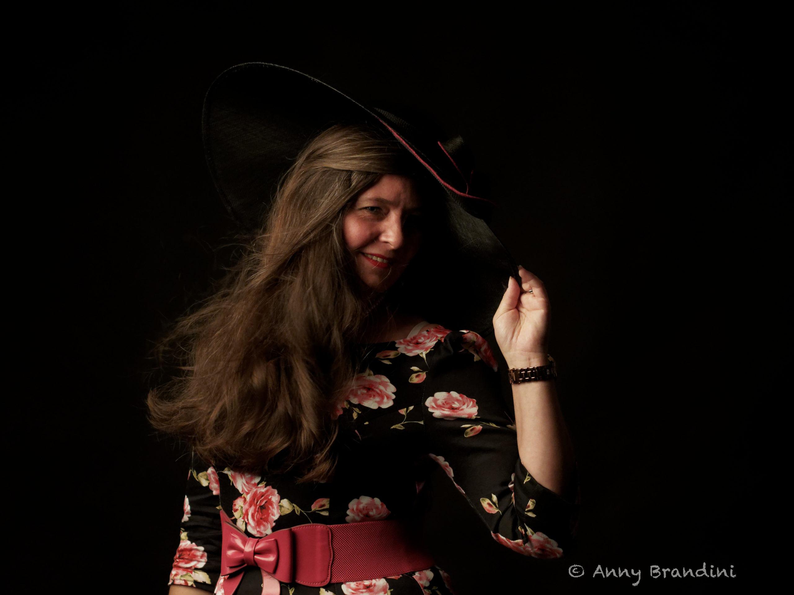 Jeu de lumière avec la robe de la marque Hearts  & Roses de chez Sweet Candy Shop. Photo de Anny Brandini. Model Cendrine Miesch dite LaPtiteAlsacienne